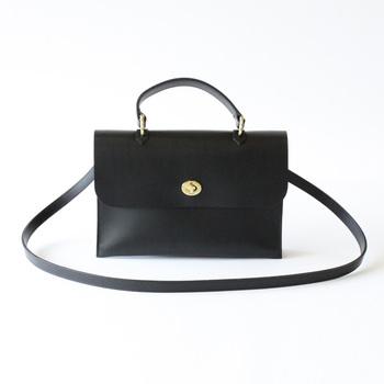 シンプルでクラシックなスタイルが今の気分にぴったりのミミベリーのバッグ。どんなオンにもオフにも合わせやすいのがポイントです。斜めがけできるベルトも付いていて◎。