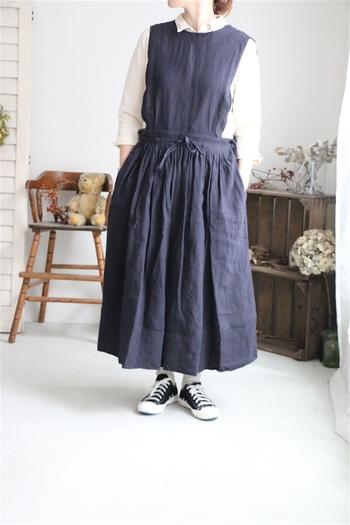 スカートのギャザーのおかげでシルエットがふわっとかわいく広がるこちらのワンピース。写真のようにやわらかな襟シャツと合わせれば清楚な雰囲気に。