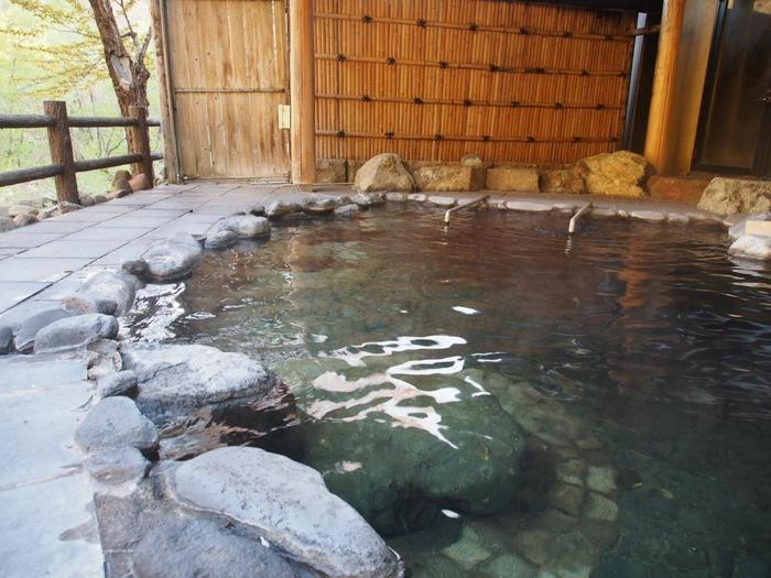 大きな岩肌を流れる温泉は、瀬美温泉でも最も「つるつる」とした肌触りの「長寿の湯」です。