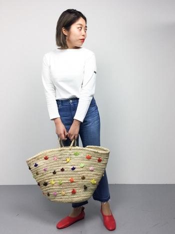 こちらはビッグサイズのかごバッグと、赤いシューズをアクセントにしたきれいめカジュアル。白カットソー×デニムのシンプルなスタイリングも、インパクトのある小物を合わせることで新鮮な印象に。どんなスタイルにもマッチする「ホワイト」のバスクシャツは、アイテムや色の組合せ方で多様なコーディネートが楽しめるのも大きな魅力です。