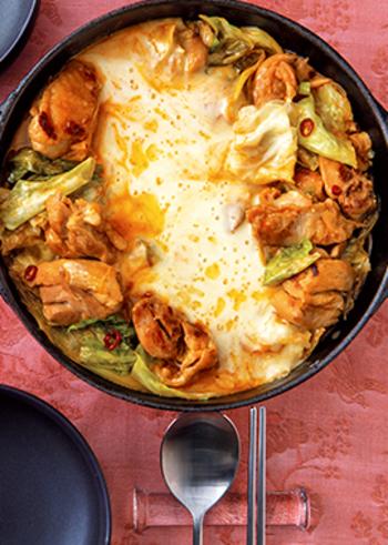 甘辛チキンとチーズのハーモニーが癖になる「和風チーズタッカルビ」。タッカルビもお店で食べるものという印象が強いですがこれならお家でも楽しめますね。