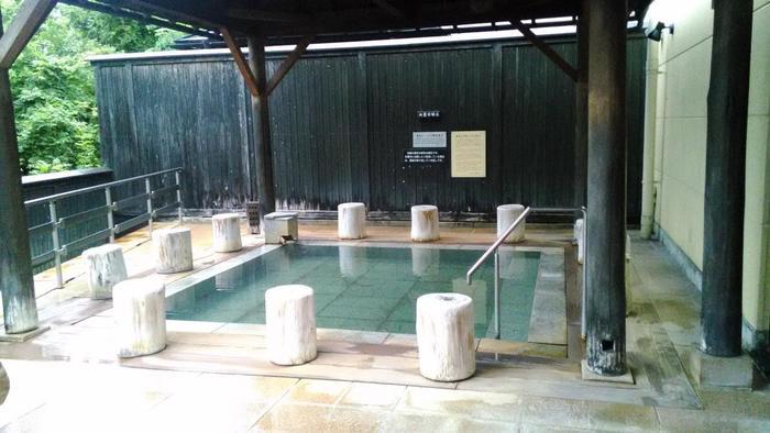 リゾート地に来たかのようなお風呂の造りでゆったりできますね。