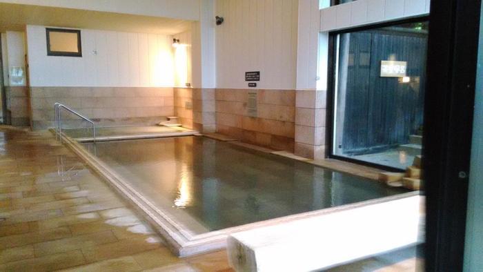 広い大浴場もあります。17種類あるお風呂はうっすらと濁っていて、湯の花が舞っています。また熱すぎない温度なので、体の芯までぽかぽか温まるのも嬉しいです。