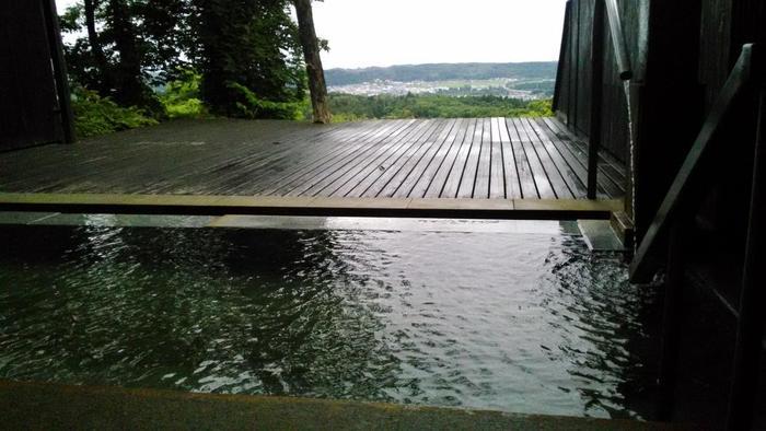解放感のある「天空露天風呂」。絶景を見下しながらの温泉は最高ですね。