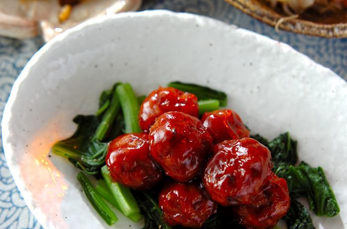 白いご飯にぴったりの中華の中でも大人気な肉団子。甘さの中に優しい酸味があるのはケチャップのおかげです。甘酢あんはほかにも色々使えるので覚えておくとお家中華の腕も上がりますよ。