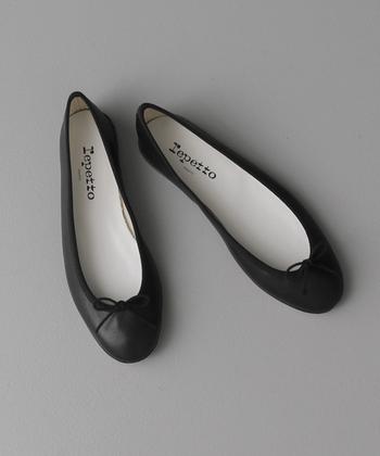 最後にご紹介するのは、女性なら誰しも憧れるフランスのダンスブランド、「repetto(レペット)」のバレエシューズです。シンプルで上品なバレエシューズは、フレンチシックな装いに欠かせない定番アイテムのひとつ。女性の足を美しく見せる洗練されたデザインと、履き心地の良さに定評があります。たくさんの魅力が詰まったrepettoのバレエシューズは、世界中のセレブからも愛され、多くの女性を魅了し続けるハイエンドなアイテムです。