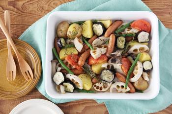 上記で紹介したホワイトシリーズのバット。カットした野菜を並べたり、下ごしらえして調理してそのまま食卓に出したり、シンプルで飽きのこない清潔感のある白い琺瑯のバットはあるだけで調理がはかどり、器としても使えてとっても便利。
