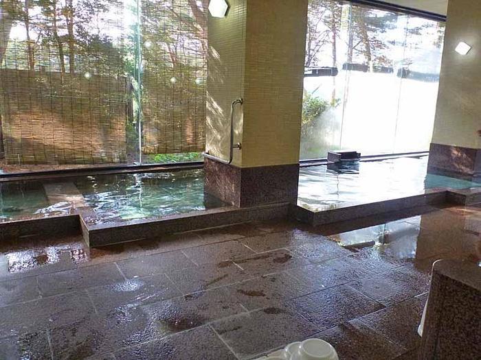 ガラス張りの明るくて清潔な大浴場。たっぷりのお湯の量に旅の疲れも一気にとれそうです。