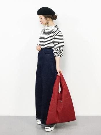 agnes b.のロゴマークをあしらった赤いエコバッグは、爽やかなマリンスタイルにおすすめのアイテムです。白×ネイビー×赤のトリコロールカラーが大人可愛い雰囲気。ベレー帽や大ぶりのアクセサリーなど、女性らしい小物使いもお手本にしたいコーディネートです。