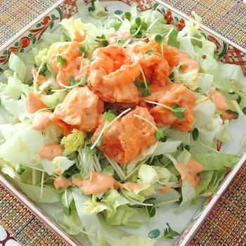 オーロラソースに豆板醤をプラスして作る「海老のマヨネーズソース和え」はサッと揚げたエビをソースに絡めるだけ。とっても簡単です。レタスやカイワレを敷いてボリューム感を出すとおもてなしにも喜ばれそう!