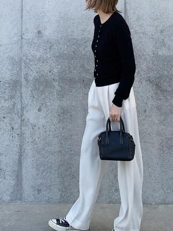こちらはブラックのカーディガンに、ホワイトパンツを組み合わせたシックな大人カジュアル。白×黒のシンプルなモノトーンコーデも、ディテールの美しさが際立つagnes b.のカーディガンなら上品で洗練された雰囲気に。スニーカーでカジュアルダウンしたラフな着こなしが可愛いですね。