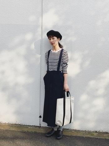 幅広い年代から愛されている「ボーダーTシャツ」も、ブランドを代表する定番アイテムのひとつです。おしゃれなサロペット風のデニムスカートやベレー帽、爽やかなトートバッグを合わせれば大人可愛いフレンチカジュアルに。黒やネイビーを基調としたシックな装いも、白の分量を多くすることで春らしくて軽やかな印象になります。