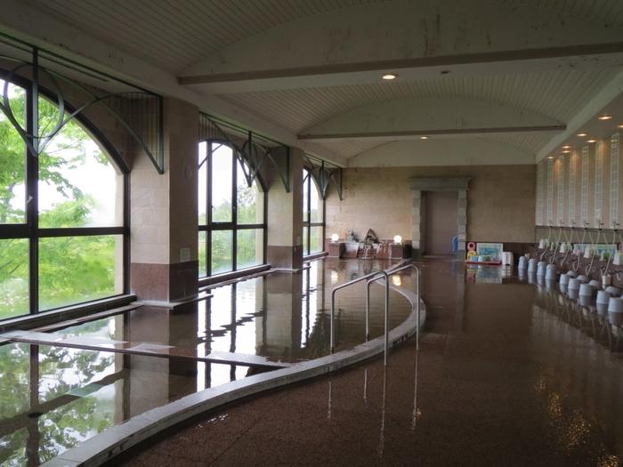 内湯も洋風と和風の2つのタイプが楽しめます。清潔感のあって、窓から見える景色も最高ですね。