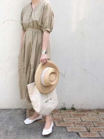 シンプルでベーシックなトートバッグも、爽やかな春夏ファッションのアクセントにぴったりのアイテムです。やわらかいベージュの上品なワンピースに、ラフィアハットやシルバーアクセサリーをプラスしたエレガントな着こなしが素敵ですね。