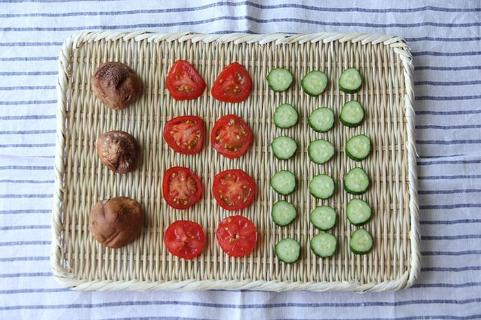 フラットで長方形をした「真竹角盆ざる」。色々な種類の野菜をキレイに並べて干せます。ざるがあれば、野菜を干すときだけでなく、おそばやおにぎりなどの器にも使用できたり、野菜を入れておいたり、ちょっとした小物を入れておいたり、色々活躍してくれます。