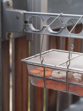 辻和金網のスタイリッシュな「干しカゴ」。ステンレス製なのでさびにくく、ふた付きなので軒下に干しても安心です。