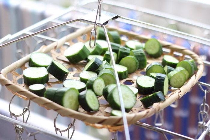 洗ったきゅうりを、1cmほどの輪切りにし、ザルなどに広げて半日干すだけで、美味しい漬け物を作ることができます。