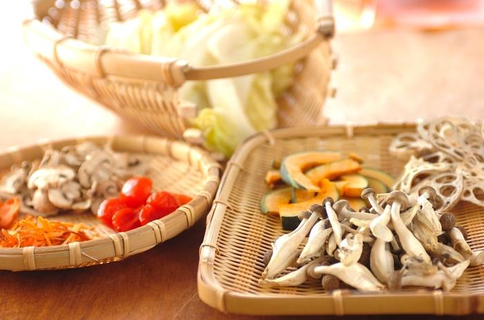 ニンジン・プチトマト・白菜・カボチャ・しめじ・マッシュルームを、6時間ほど干して作るセミドライの干し野菜です。セミドライの状態だと野菜の水分が残っているので、保存する際、密閉容器に入れて冷蔵庫で保存をするようにします。なお、干しプチトマトはオリーブ油に漬けて保存すると、パスタなどのイタリアンを作るとき活躍してくれます。