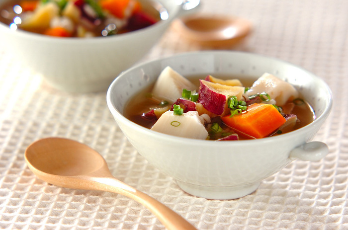上記で紹介した干し芋と、押し麦、レンコン、ニンジンで作る、ほっこりと味わい深いスープ。ヘルシーで栄養もボリュームも◎なので、朝ご飯や、食欲の無い日のランチ、または夜食にも良さそう。