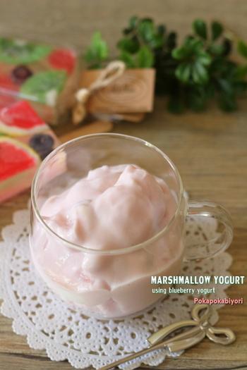 「マシュマロヨーグルト」は、マシュマロをヨーグルトに漬け込んで作るヘルシーなスイーツ。シュワシュワとしたマシュマロの口当たりが新しい食感を生み出します。