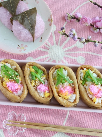 きぬさやや桜でんぶの色合いが美しいいなり寿司をペーパーランチボックスに入れてみませんか?春らしい季節感を感じられる一品です。