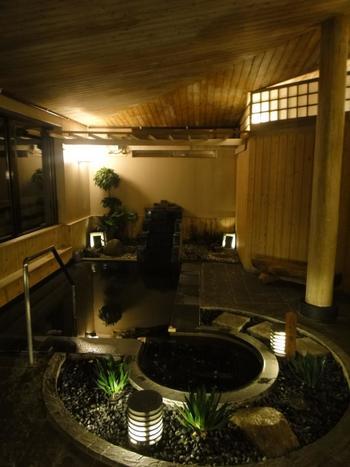 無垢材がふんだんに使われた内湯です。植物が程よく置かれて、こちらでもまるで森林浴をしているような気分になれますね。