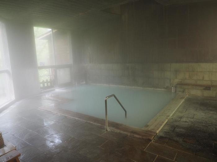 素朴な雰囲気が漂う内湯。ザーザーとあふれ出る温泉の温度で、こちらでは集中して温泉を楽しむことができそうですね。