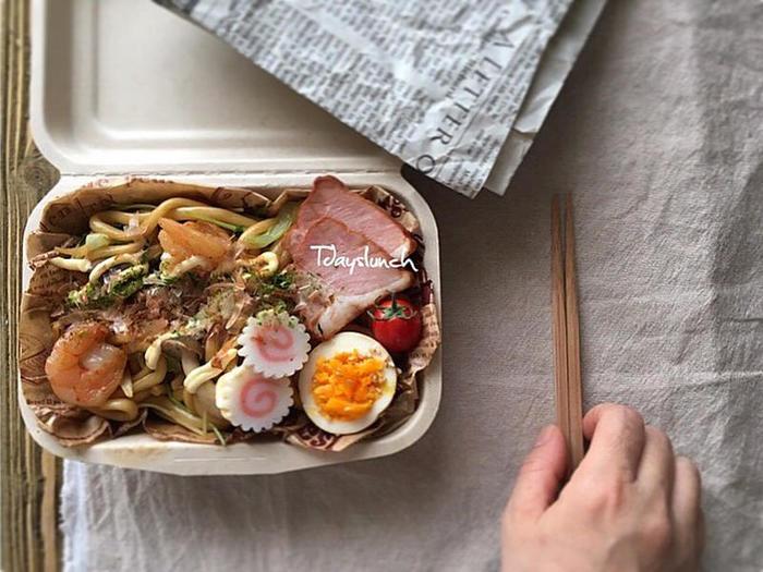 焼うどんをペーパーランチボックスに入れるだけで、テイクアウトしてきたようなお弁当です。ゆで卵やミニトマト、焼き豚を添えると、簡単に栄養や彩りをプラスできますよ。