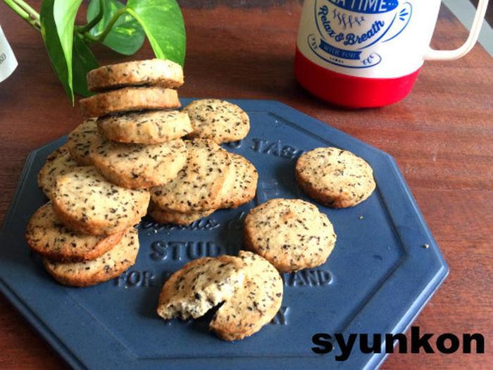 材料は卵不使用で、小麦粉・バター・砂糖・紅茶というとてもシンプルなレシピです。紅茶はお家にあるティーパックの紅茶を使って作ることができるので、わざわざ製菓用に紅茶を買い足さなくても大丈夫です。もし、紅茶がなければプレーンクッキーとして作ることができます。バターと小麦粉をそぼろ状にすることで、サブレタイプのサクサクした食感になります。