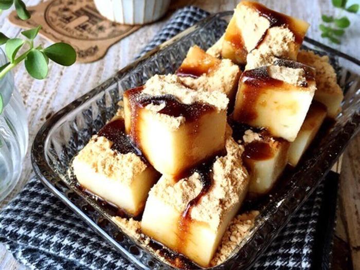 「わらび餅って手が込んでそう…」と感じるかもしれませんが、こちらのレシピはとても簡単です。絹ごし豆腐を使って作るので、ヘルシーで体にも優しい和菓子です。カロリーが気になる方も気にせずにたくさん食べられるのでおすすめです。黒蜜やきな粉がなくても、ハチミツやチョコレートシロップなどお好みのものをトッピングしてみましょう。