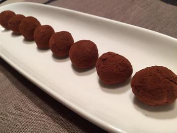 生クリームがなくても、絹ごし豆腐と板チョコでパパッと作れるトリュフもおすすめです。身近な材料でちょっと特別感のあるお菓子が作れるのは嬉しいですね。たくさん作ってプレゼントにするのもおすすめです。