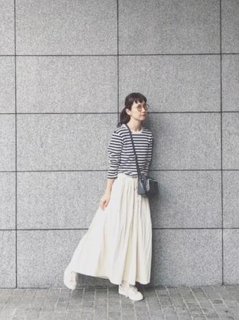 中ぐらいピッチは、ガーリーなアイテムとも相性抜群。ロングスカート合わせは、春夏に使えそうなコーデです。