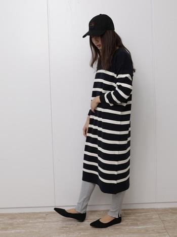 サラリと着れて楽チンなボーダーワンピは、年中使える万能アイテム。黒ベースの太ピッチなら、着痩せ効果もあります♪