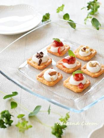 5分以内に手作りデザートを作るのは難しいですが、市販のお菓子を活用すればグッと幅が広がります。クラッカーにマシュマロをのせてチンしただけでも、こんなオシャレなデザートに♪ホームパーティにもおすすめです!