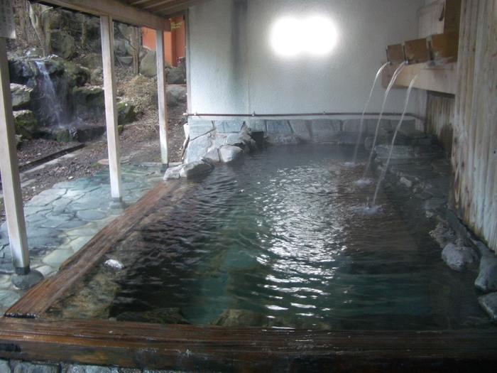 男性用、女性用とある半露店風呂の「打たせ湯露天」。かけ流しのお湯を存分に楽しむことができます。