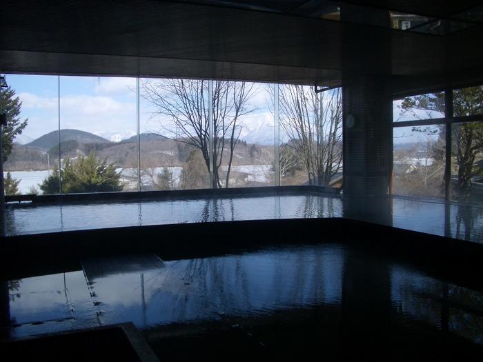 ガラス張りの解放感がある自慢の大浴場。たっぷりのお湯は100%源泉かけ流しのお湯です。贅沢気分で温泉を満喫できますね。