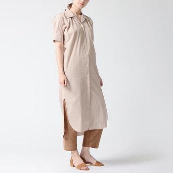 解放感のあるオープンカラーのシャツワンピは、これからの季節にぴったり。レイヤードもしやすいロング丈ですが、淡いピンクのカラーや長めのスリットなど軽やかな着こなしを叶えるポイントがたくさん◎シャツのきちんと感はそのままに、抜け感たっぷりのリラックスコーデを楽しめます。
