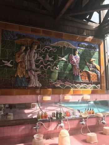 こちらの内湯の壁面には天女が舞う背景絵が描かれています。中国製の陶器でできていて、いい旅の思い出になりますね。