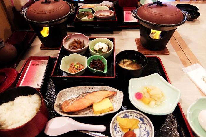 客室にキッチンが完備されているので朝市や近くのスーパーで食材を調達して自分で料理することもできますが、館内にあるレストランでは南房総ならではの豊富な海の幸や季節の料理を味わえます。