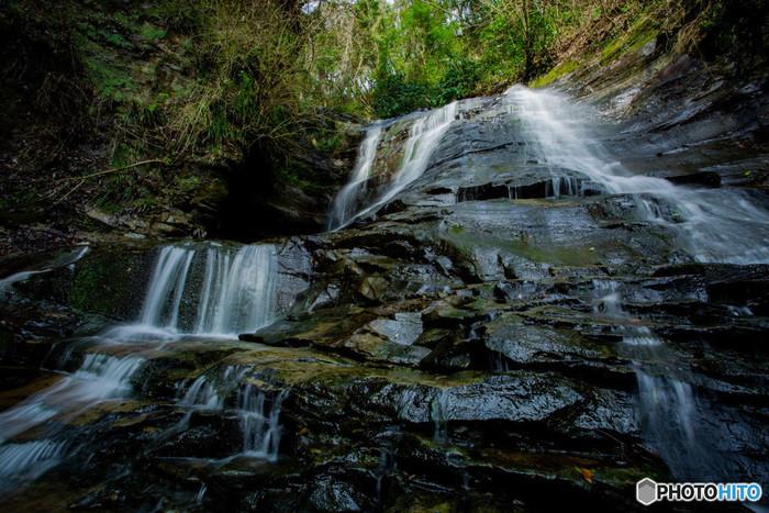 房総半島のほぼ真ん中に位置する房総随一の温泉郷「養老渓谷」。渓谷には滝が幾つも点在し、中でも千葉県最大の「粟又の滝」を含む主要な5つの滝を巡る「滝めぐりコース」は多くの人で賑わう人気のハイキングコースになっています。