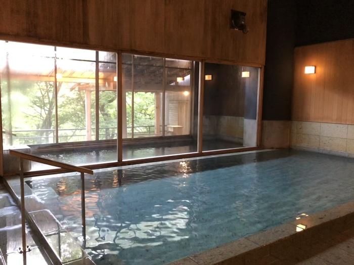 内湯の大浴場「悠の湯」です。清潔感のある広い浴場には、かけ流しの天然温泉がなみなみと流れ込んでいます。