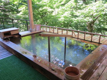 木のぬくもりを感じながら入る露天風呂「かわみの湯」。自然に囲まれていて、川のせせらぎや四季折々の景色を楽しむことができます。他に半露天風呂「昇陽の湯」も男女ともにあります。