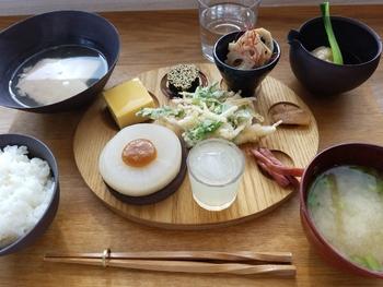 近所のおばあちゃんが無農薬で育てた野菜や地元の田んぼで収穫された米、自家採卵した卵など素材にこだわり、誰もが安心して食べられるメニューを提供している一軒家カフェ。
