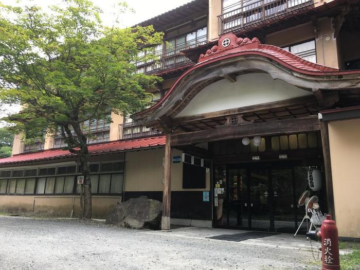 こちらは「鉛温泉 藤三旅館の本館」です。「心の刻 十三月」が、歴史ある湯治場として親しまれていた温泉情緒あふれる藤三旅館本館とは全く違った雰囲気なのが分かりますね。