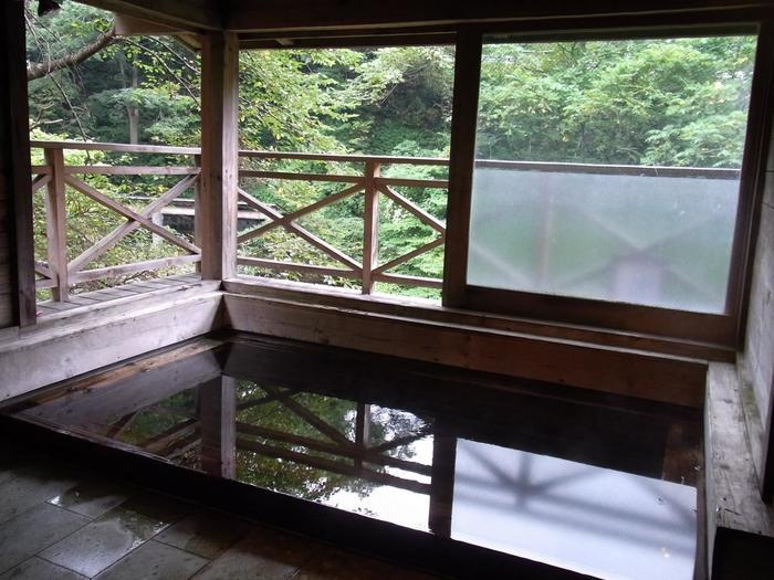 旅館部「菊水館」にある半露天風呂「南部の湯」です。古びた雰囲気の趣ある温泉もいいものですね。