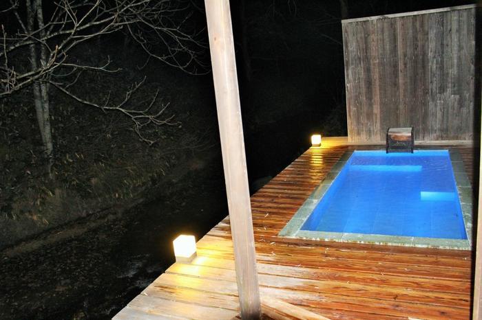 野趣あふれる野天風呂「一寸」です。お天気がいい日は満天の星空を眺めながらお風呂に入れます。とても贅沢ですね。