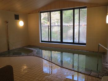 新館「桐の花」にある内湯「夢の湯」。窓から見える景色がきれいです。