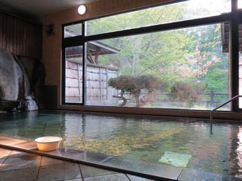 新館「桐の花」にある「長寿の湯」の内湯。やわらかい泉質のお湯触りです。