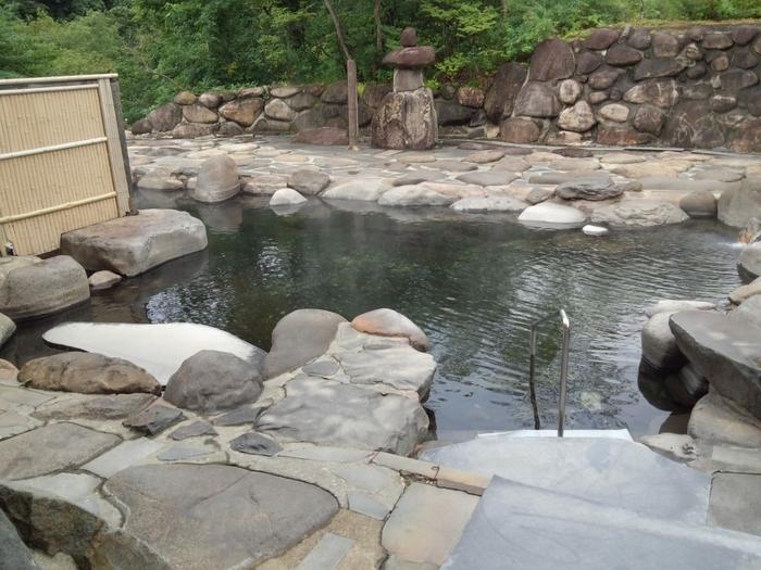 本館「山吹の花」にある混浴の露天風呂です。岩に囲まれていて静寂な雰囲気があります。