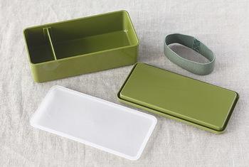定番のプラスチック製のお弁当箱は、「軽くて持ち運びしやすい」「レンジで温めることができる」のがメリットです。お手入れも楽で、気軽に使えるのが嬉しいですね。
